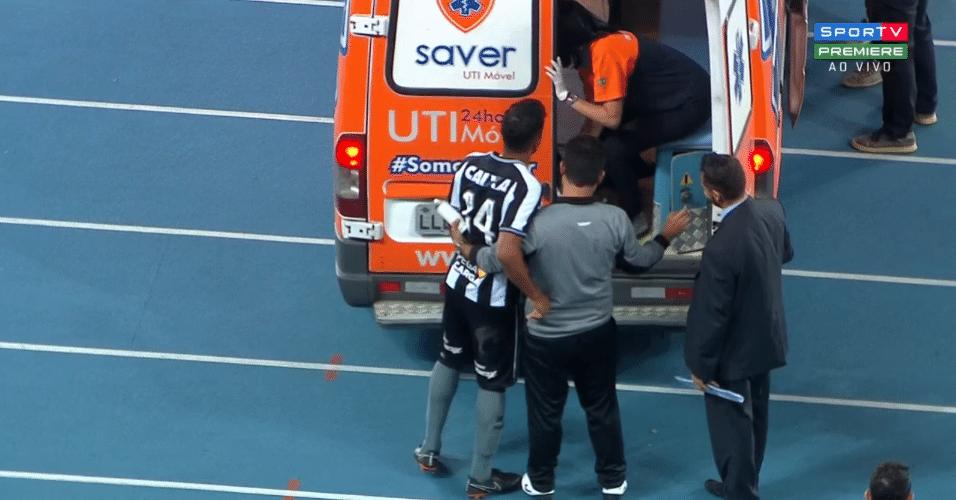 Yago, do Botafogo, é encaminhado para ambulância durante jogo contra o Ceará