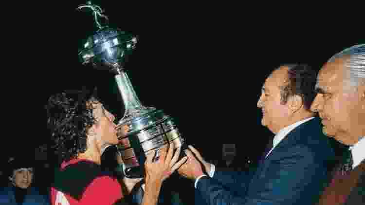 Zico levanta único troféu do Fla na Libertadores - Conmebol/Divulgação