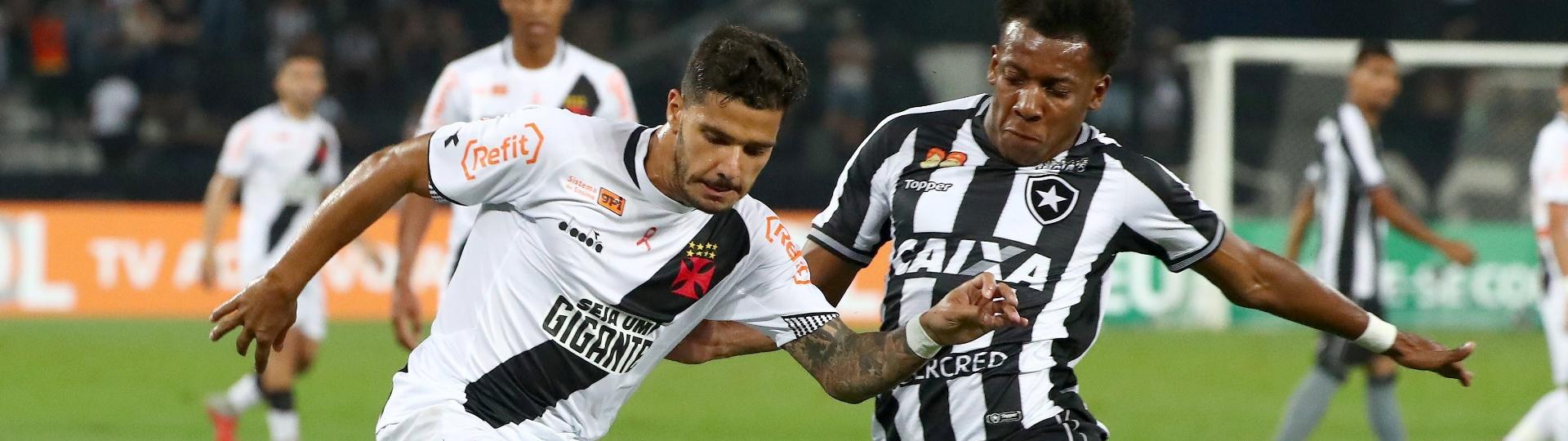 Henrique tenta se livrar da marcação de Moisés durante Botafogo x Vasco