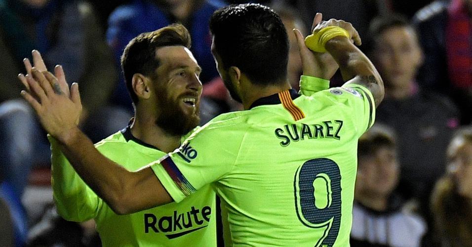 Suárez e Messi comemoram gol juntos, contra Levante