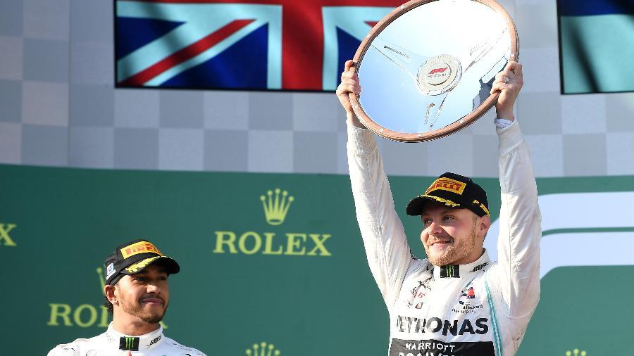 Valtteri Bottas levanta troféu da vitória no GP da Austrália - STRINGER/REUTERS