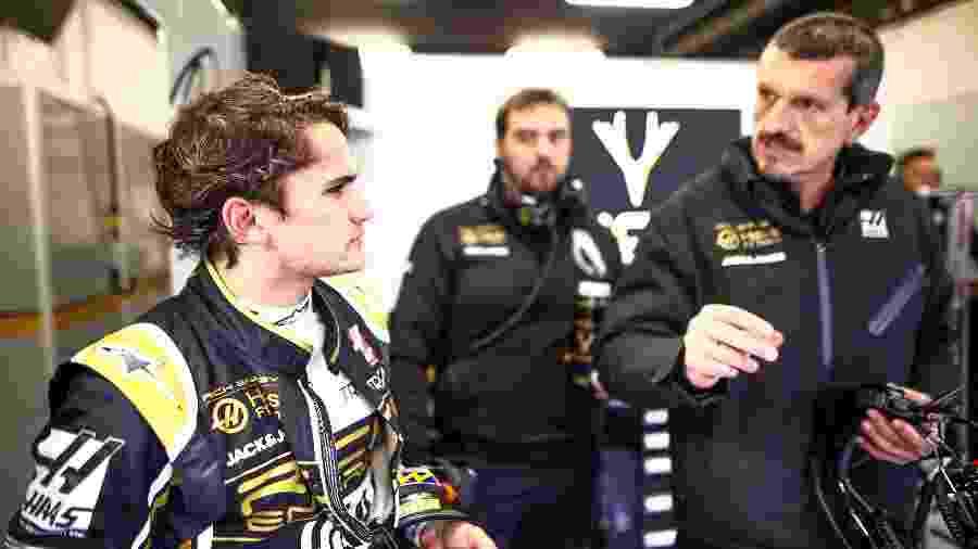 Pietro Fittipaldi conversa com Guenther Steiner durante teste no Bahrein - Andy Hone/Haas F1 Team