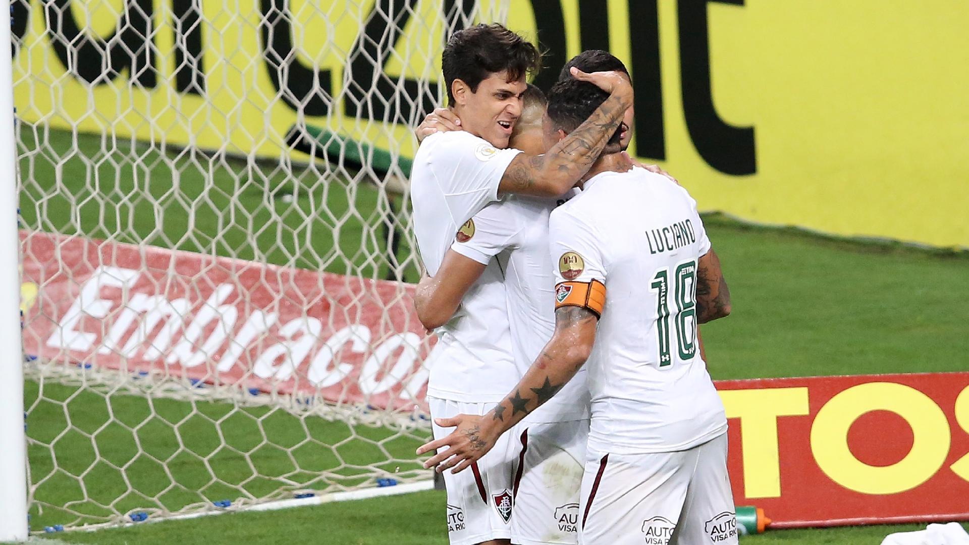 Jogadores comemoram gol de Pedro durante Grêmio x Fluminense