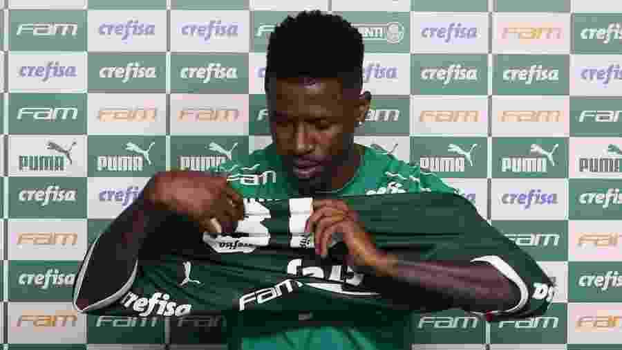 Jogador foi apresentado oficialmente ontem e afirmou estar muito perto do físico ideal para debutar - Cesar Greco/Ag Palmeiras/Divulgação
