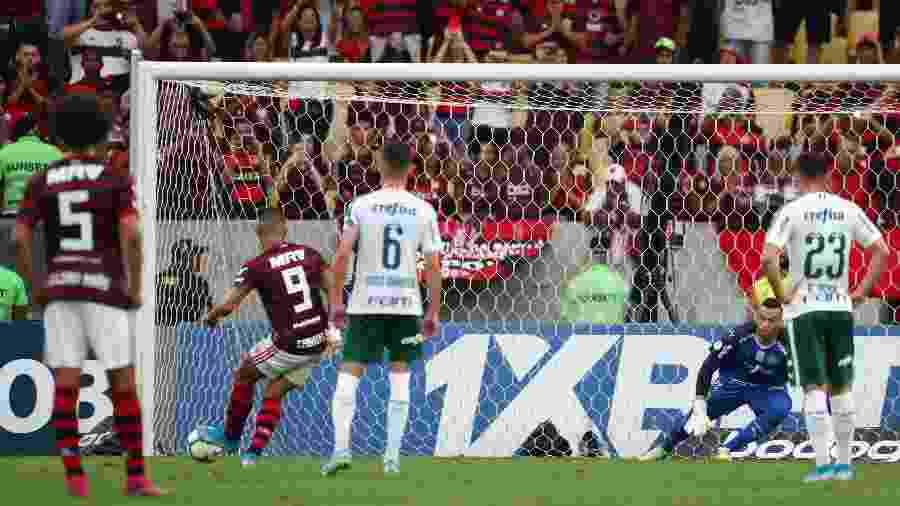 Gabigol bate pênalti na vitória do Flamengo sobre o Palmeiras na 17ª rodada do Brasileirão - Pilar Olivares/Reuters