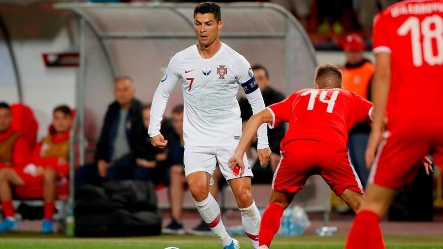 Cristiano Ronaldo é marcado por Lazovic durante o jogo entre Portugal e Sérvia, pelas eliminatórias da Eurocopa 2020 - Divulgação/Uefa
