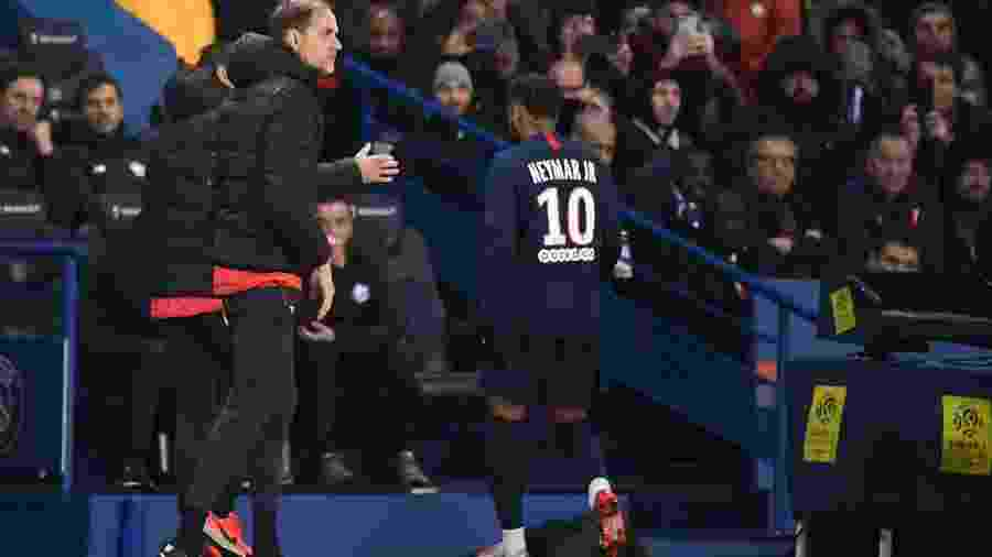 Neymar deixa jogo do PSG direto para o vestiário, passando ao lado do técnico Thomas Tuchel - FRANCK FIFE / AFP
