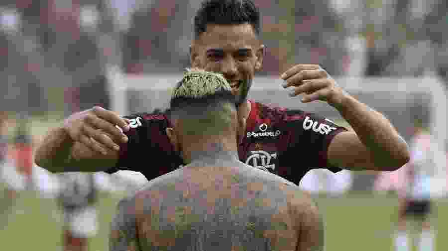 Pablo Mari abraça Gabigol após gol que valeu título pelo Flamengo - Ernesto Benavides / AFP