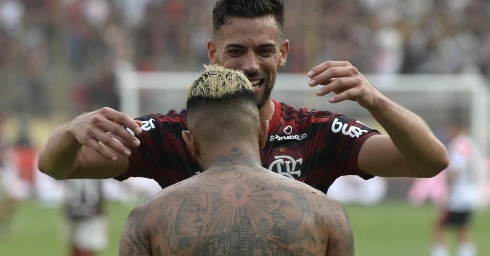 Pablo Mari abraça Gabigol após gol que valeu título pelo Flamengo