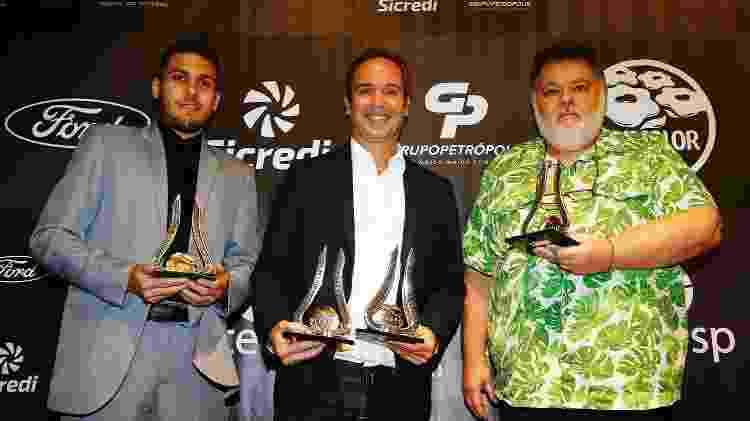 Luis Augusto Símon, do Blog do Menon (direita), recebe troféu de Opinião - Blogueiro ao lado de Caio Ribeiro (Opinião - Ex-Atleta) e Vinicios Oliveira (assessor do Santos, premiado na categoria) - Gáspar Nóbrega/Aceesp