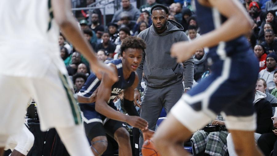 LeBron James assiste o filho, Bronny James, jogar basquete pelo time escolar Sierra Canyon - Joe Robbins/Getty Images/AFP