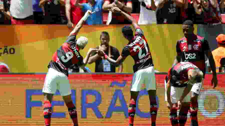 Gabigol e Bruno Henrique celebram gol do Flamengo neste domingo - ADRIANO MACHADO/REUTERS
