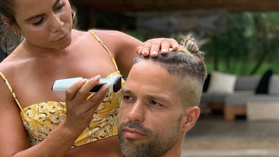 Diego Ribas tem o cabelo cortado pela mulher, Bruna Leticia - Reprodução/Instagram