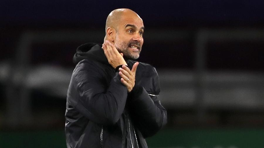 Pep Guardiola em partida do Manchester City contra o Burnley - Molly Darlington - Pool/Getty Images