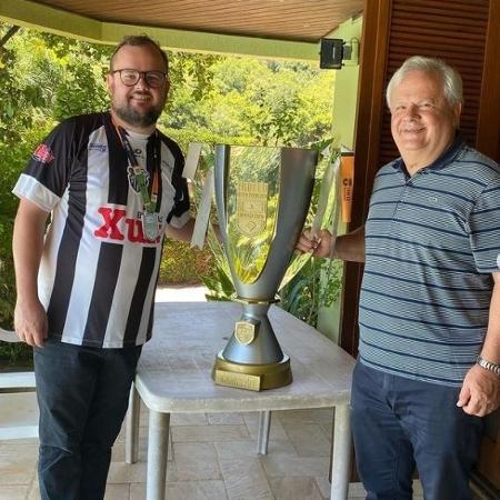 Tiago Rech posa com a taça ao lado do pai: título inédito depois de virar presidente do clube - Acervo pessoal