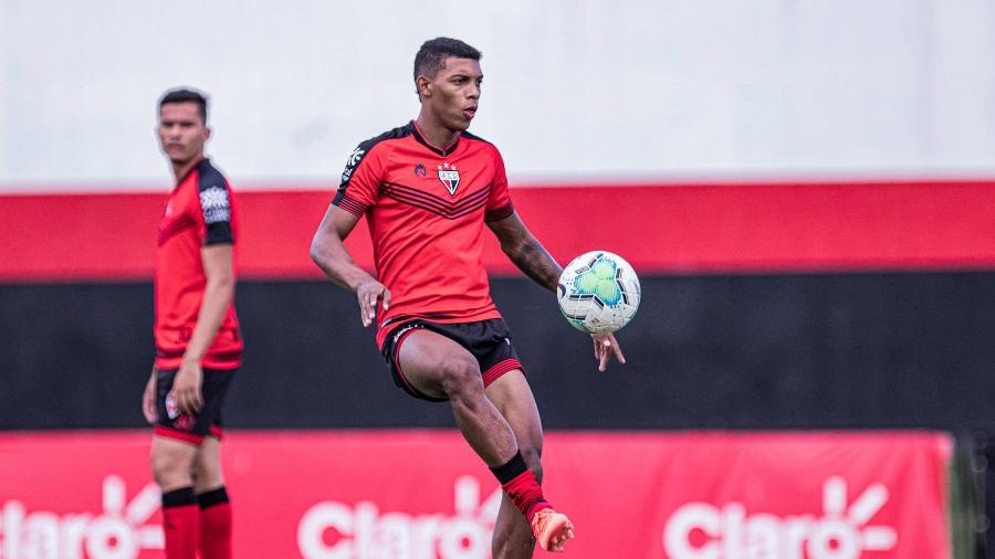 Com apenas 20 anos, Vitor Leque atua na parte ofensiva do campo, centralizado e caindo pelas beiradas - Heber Gomes/Atlético-GO