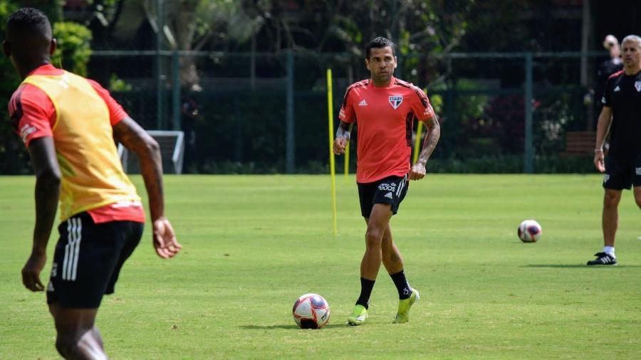 Dani Alves atuou como ala pela direita nos últimos dois jogos do São Paulo na temporada - Divulgação/SPFC