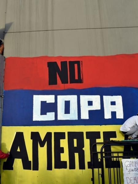 Manifestantes fazem pintura contra a realização da Copa América na Colômbia em meio a protestos no país - Getty Images