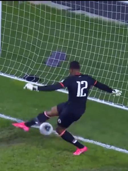 Goleiro Josue Duverger, do Haiti, protagonizou gol contra bizarro contra o Canadá - Reprodução
