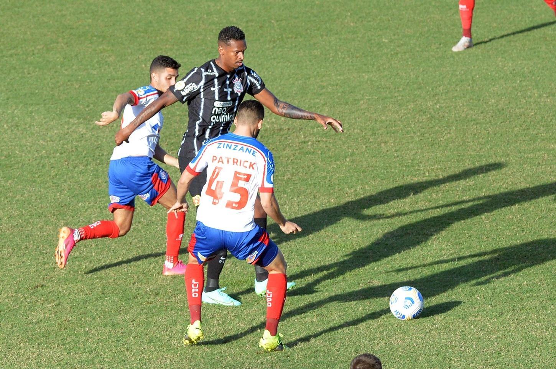 Bahia e Corinthians chutam pouco a gol e não saem do zero em Pituaçu -  20/06/2021 - UOL Esporte