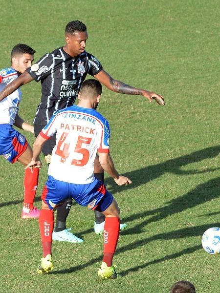 Jô domina a bola cercado de jogadores do Bahia em jogo do Corinthians pelo Brasileiro  - Walmir Cirne/AGIF