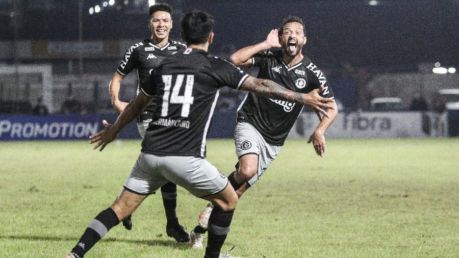 Nenê comemora seu golaço sobre o Brusque na vitória do Vasco por 1 a 0 pela Série B - Beno Küster Nunes/AGIF