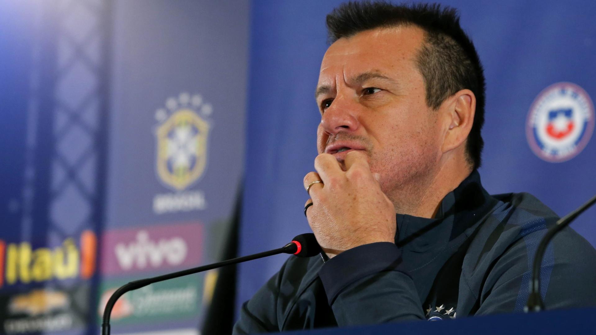Técnico Dunga fala à imprensa brasileira no Chile durante a Copa América 2015