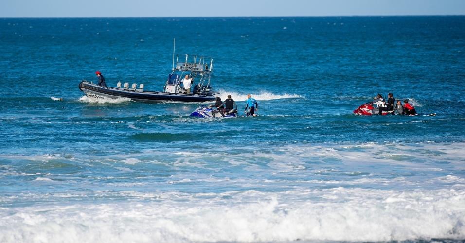 Equipes de salvamento na água da WSL resgatam Mick Fanning (azul) e Julian Wilson (vermelho) após o primeiro ser atacado por um tubarão durante a final da etapa sul-africana em JBay