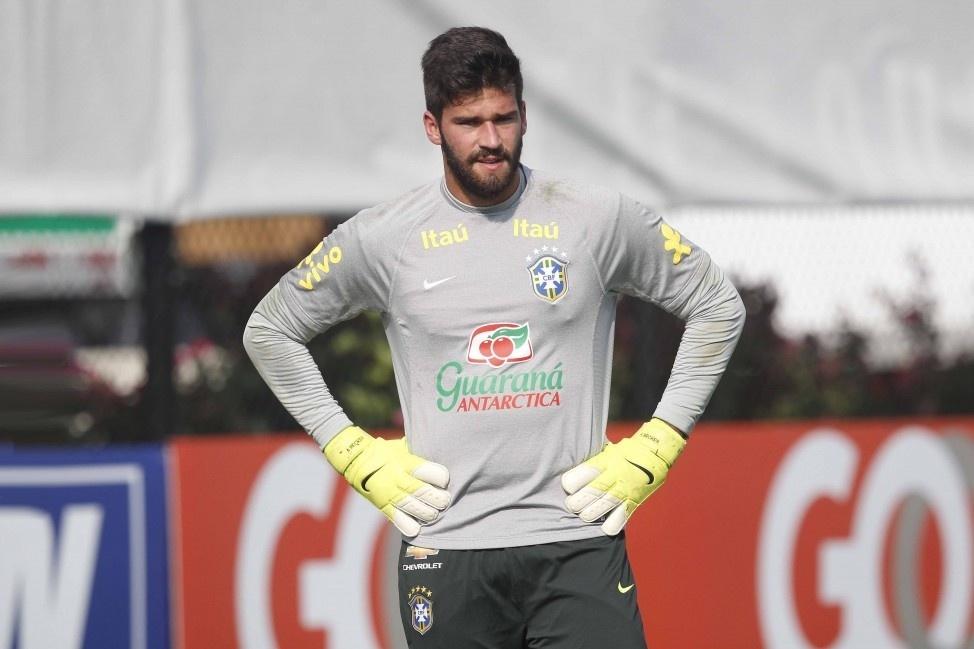 Alisson, do Internacional, treina com a seleção brasileira