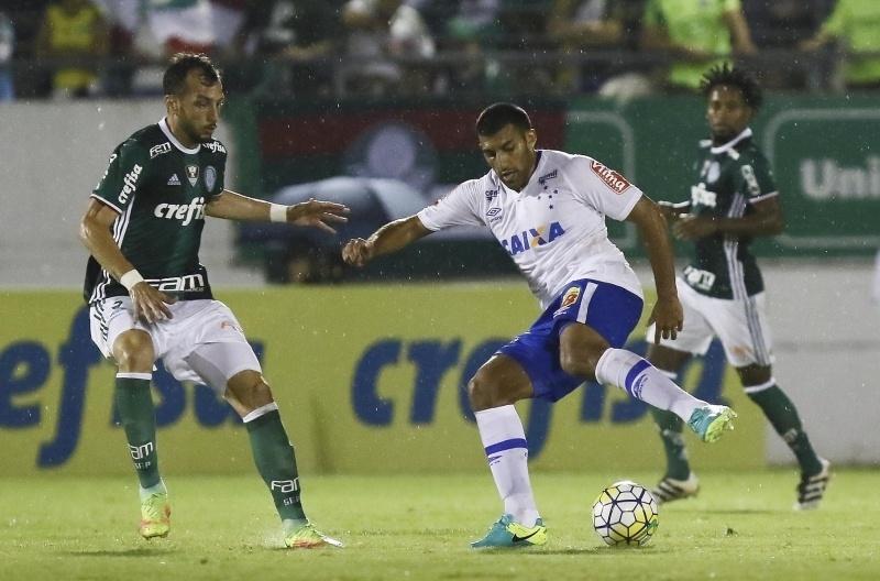 Ábila encara a marcação de Edu Dracena na partida Palmeiras x Cruzeiro