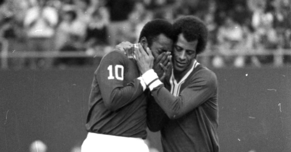 Carlos Alberto Torres abraça Pelé no New York Cosmos. No fim dos anos 1970, o lateral foi com o Rei do Futebol desbravar o futebol dos EUA