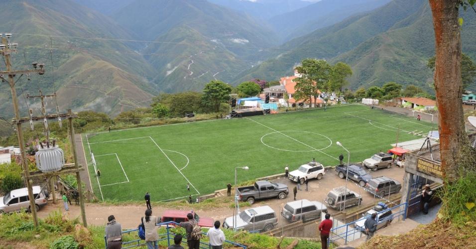 Este estádio em Coroico, na Bolívia, fica a 5.600 metros de atitude e está às margens da estrada de Los Yungas, uma das mais perigosas do mundo