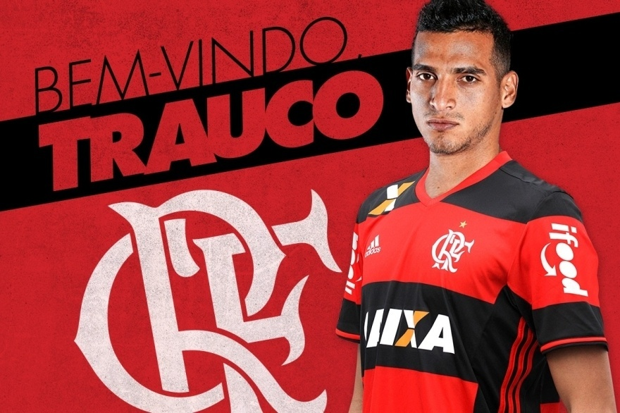 Trauco, lateral da seleção peruana, posa para foto com a camisa do Flamengo