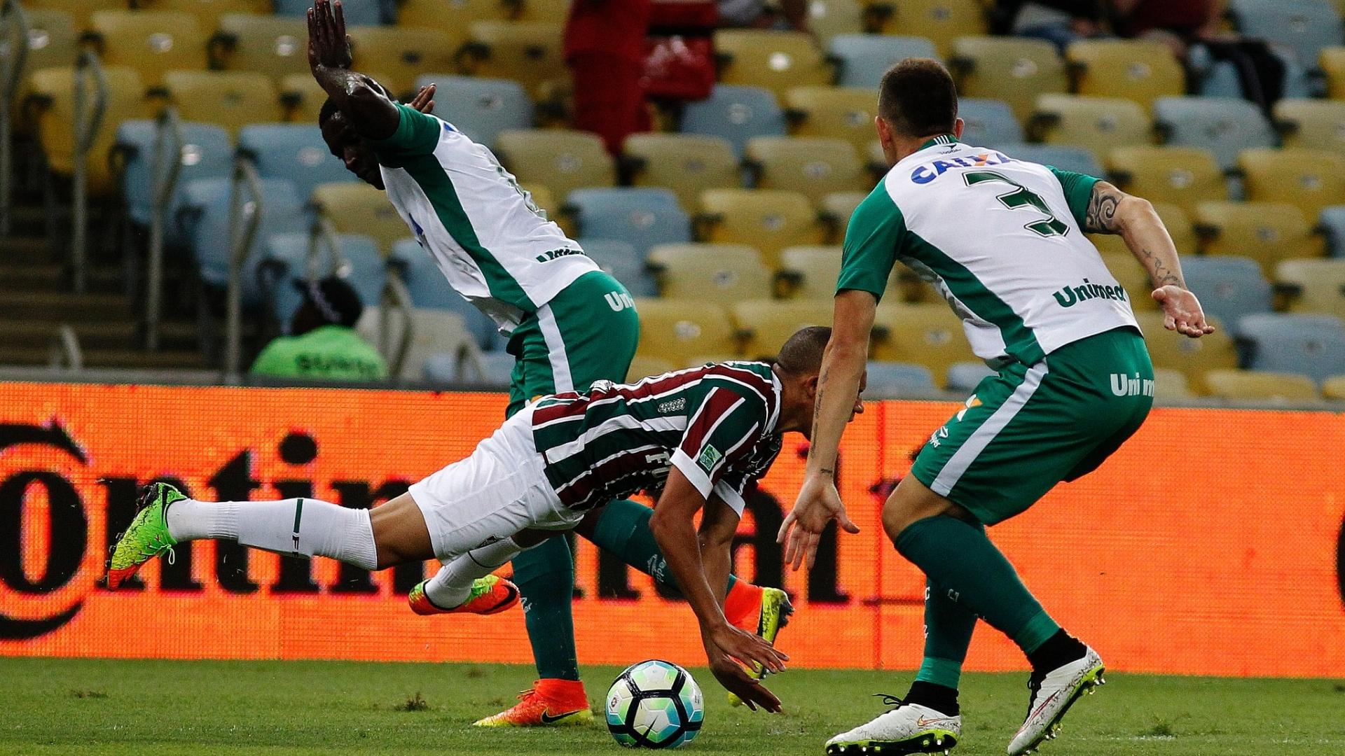 Wellington, do Fluminense, sofre pênalti contra o Goiás