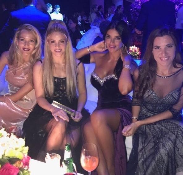 Mulheres dos jogadores, entre elas Shakira (2ª da esq. para a dir.), ficaram juntas na festa
