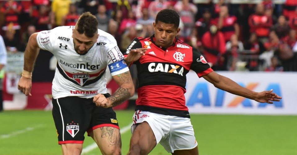 Márcio Araújo não dá espaço para Lucas Pratto em Flamengo x São Paulo
