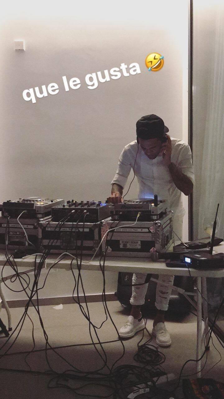 Daniel Alves tocando durante cerimônia postada em rede social