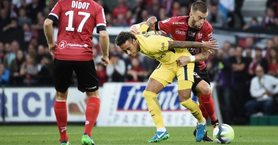 Neymar, do PSG, sofre a marcação de Lucas Deaux, do Guingamp, no estádio Roudourou