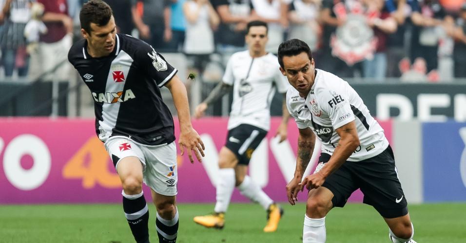 Jadson protege a bola de Wagner no jogo entre Corinthians e Vasco