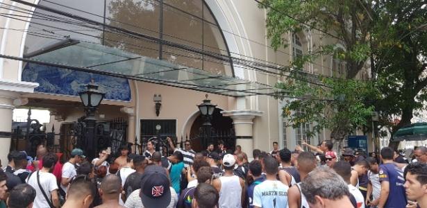 Torcida protesta em São Januário