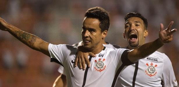 Jadson comemora primeiro gol do Corinthians contra o São Caetano