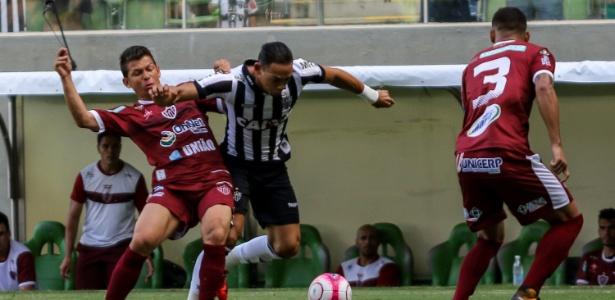 Ricardo Oliveira disputa bola em Atlético-MG e Patrocinense pelo Campeonato Mineiro