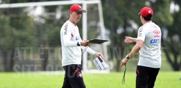 Tiago Nunes, com Evandro Fornari, comanda o Atlético B: F. Diniz se faz presente no vestiário