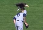 Águia rouba a cena na MLB e pousa em jogador durante hino nacional - Reprodução/TV