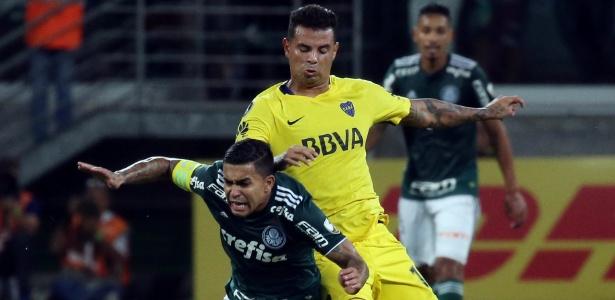 Dudu sofre carga de Cordona durante Palmeiras x Boca Juniors pela Copa Libertadores - PAULO WHITAKER/REUTERS