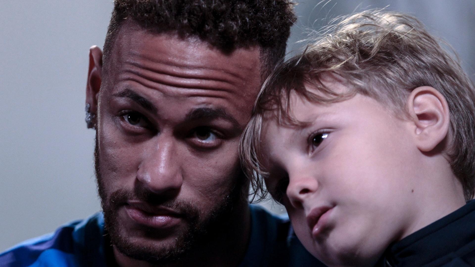 Neymar e Davi Lucca, seu filho, durante entrevista à AFP