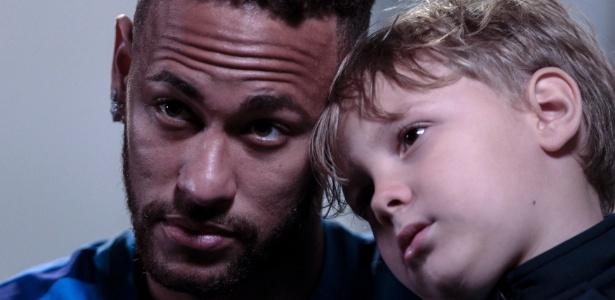 Neymar posa com o filho, Davi Lucca, durante entrevista à AFP - AFP PHOTO / Miguel SCHINCARIOL
