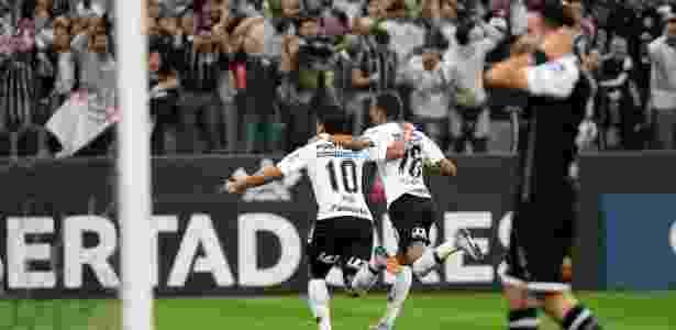 Corinthians bate Colo-Colo em Itaquera d380c0fa6ab26