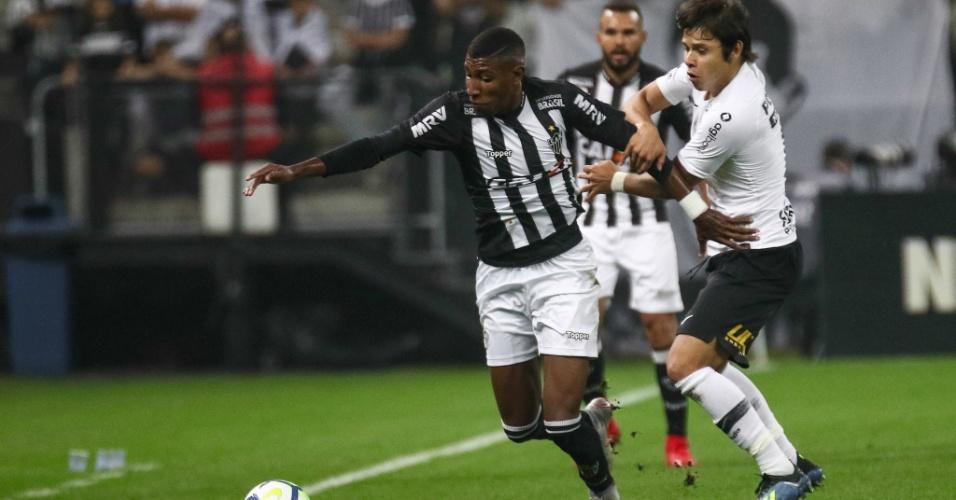 d0af8ed91e Romero disputa bola com Emerson durante Corinthians x Atlético-MG