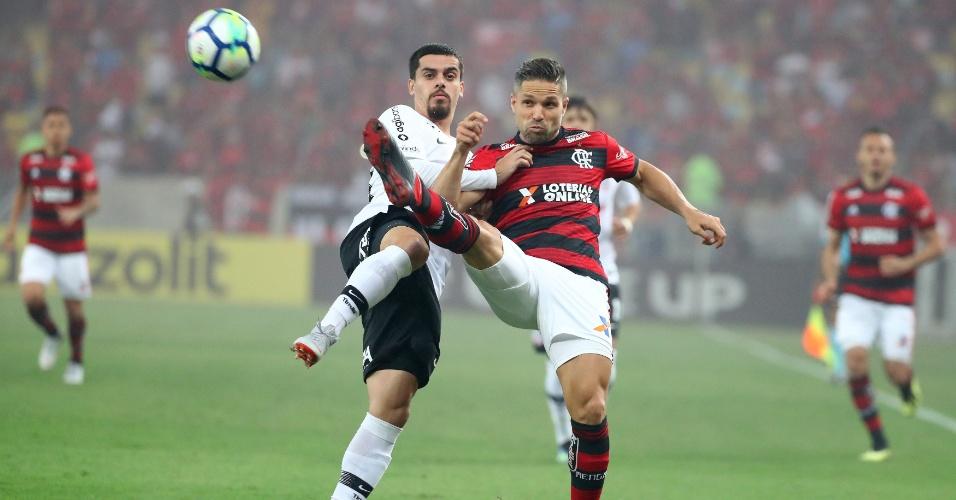 Fagner e Diego disputam bola durante Flamengo x Corinthians